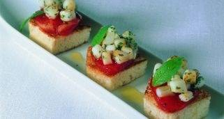 Pincho de chipiron y tomate seco con cebolleta tierna sobre tosta alinada 321x171x80xX