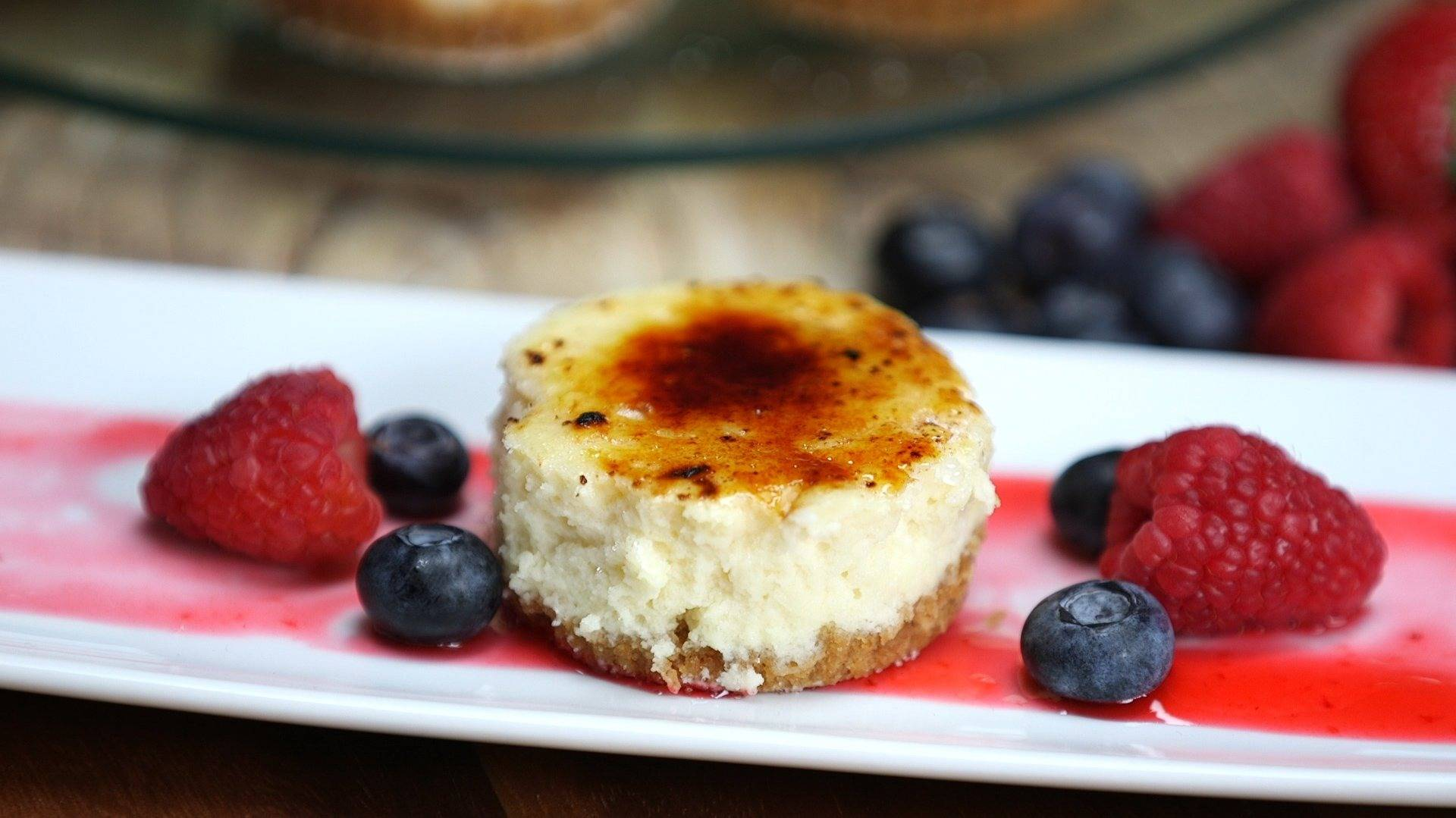 Mini cheesecake with berries 4460x4460