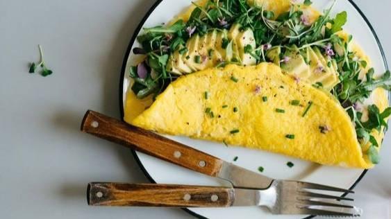 Omelette aux herbes fraîches et avocat