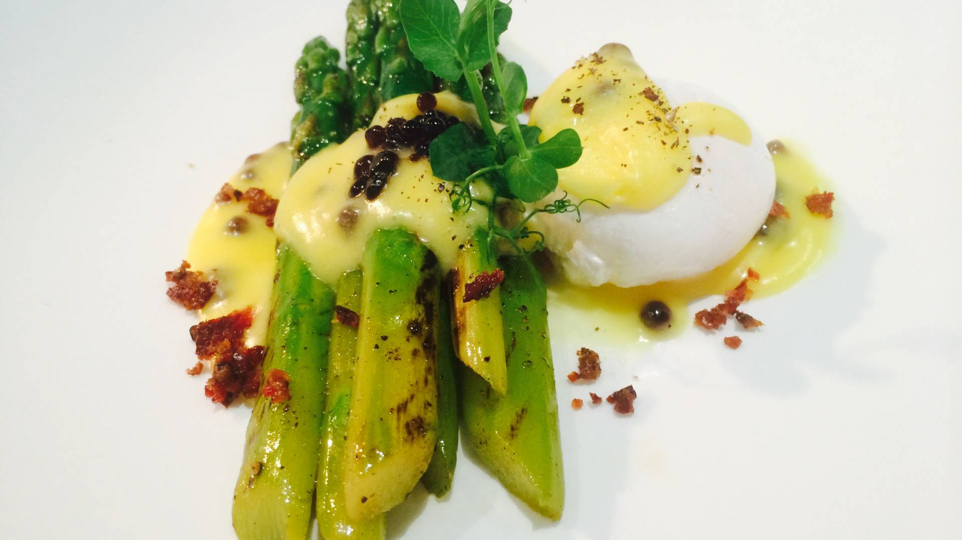 Grilled asparagus with poached egg and hollandaise