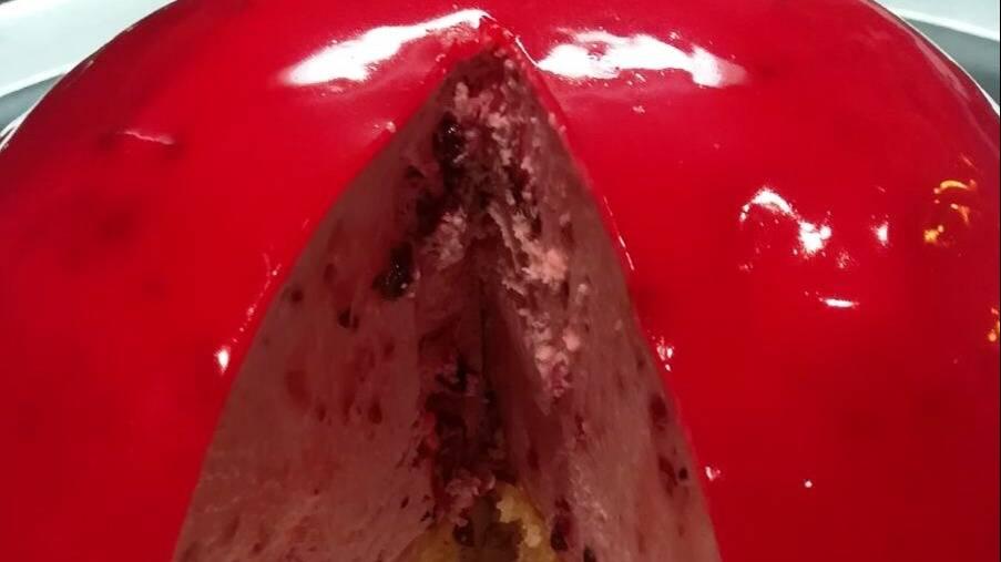 Torta lilla tagliata rotonda