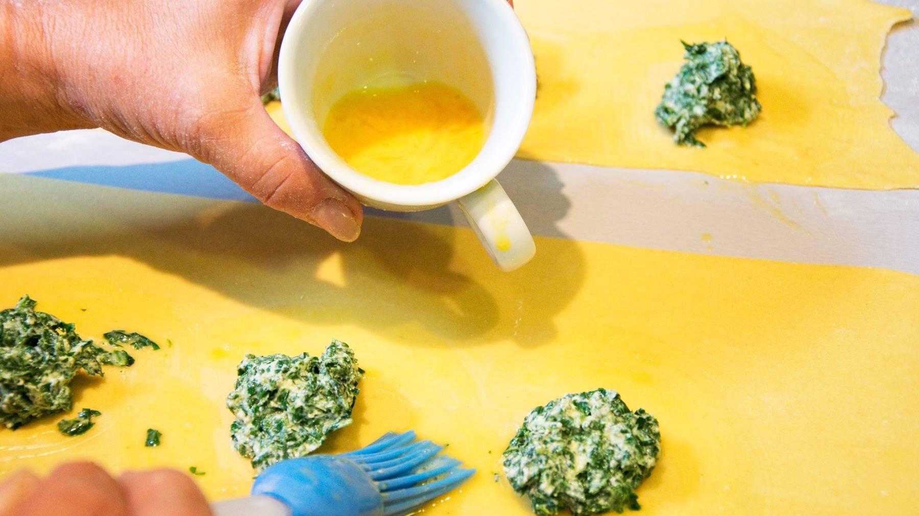 Hef rellenando pasta