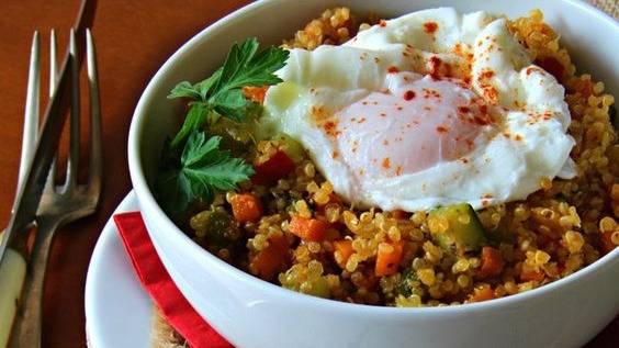 Ensalada Templada de Quinoa Verduritas y Huevo Poché de Codorniz