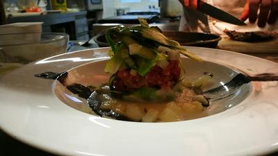 Tartare di tonno con cedro e asparagi aromatizzati alla vaniglia su crema di cavolfiori