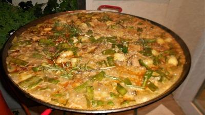 Rroz con pollo alcachofas judias verdes y romero
