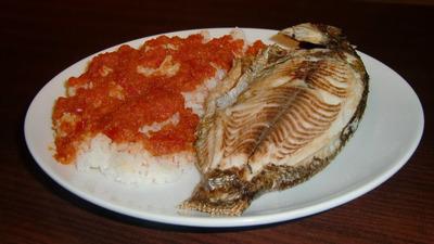 Pescado arroz con verdura de tomate