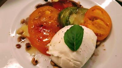 Mozzarella de buffala tomates anciennes et pignons de pin toastés
