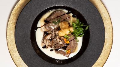 Carrillera ibérica estofada en manzanilla parmentier de setas shitake y fondant de quesito empanizado
