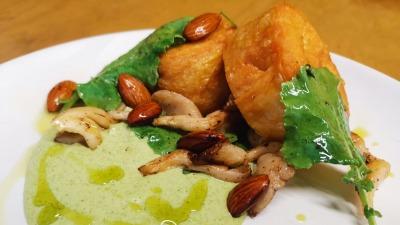 Roulade de pollo con hongos y almendras