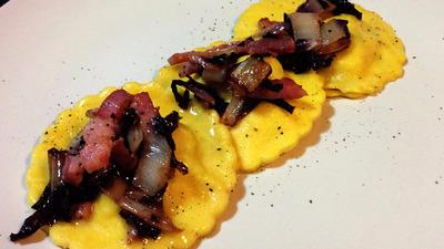 Ravioli ripieni di radicchio e pancetta