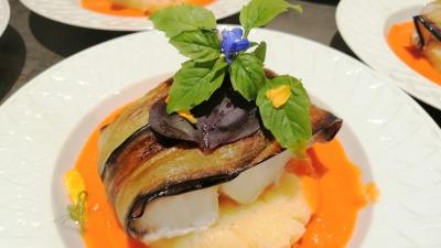 Dos dde cabillaud en robe d'aubergines coulis de poivrons grillé