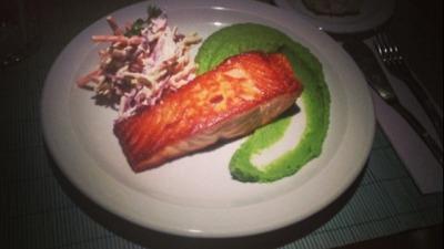 Salmon pure de arvejas cole slaw
