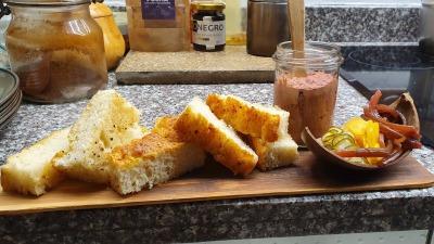 Focaccia Shungo con paté de foie y encurtidos