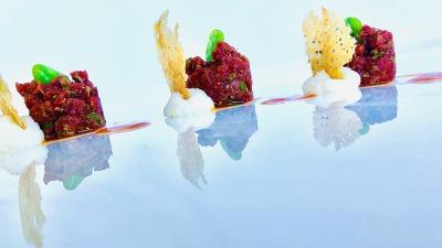 Battuto di fassona bavarese al pecorino acqua di pomodoro fave e cialde di bruschetta (