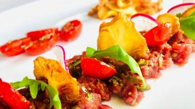 Tartare di manzo marinato con vinaigrette alla senape pomodorini confit e chips di topin