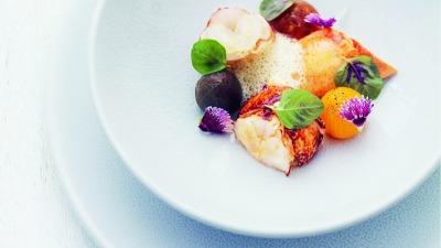 Le homard bleu tomate en aigre doux bouillon tomaté et légèrement épicé au café bourbon pointu de la réunion et safran par Anne Sophie Pic