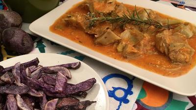 Lcachofas en salsa con patatas vitelotte