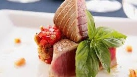 Scottata di tonno con pomodorini del vesuvioe pistacchi
