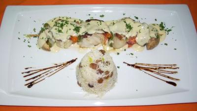 Brocheta de pollo al curry con arroz