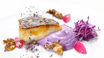 Merluzzo carbonaro strinato al sak calamaretti al curry in campo viola 06