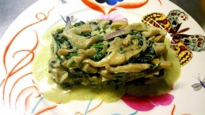 Revuelto de kale cebolla roja setas y leche de coco