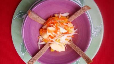 Ensalada de col zanah melocotón manzana y maiz