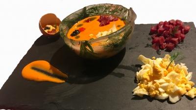 Gazpacho sobre cuenco de hielo aromatizado