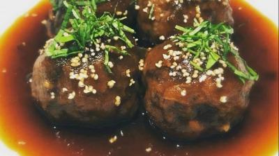 Albóndigas de vaca manzana y albahaca thai