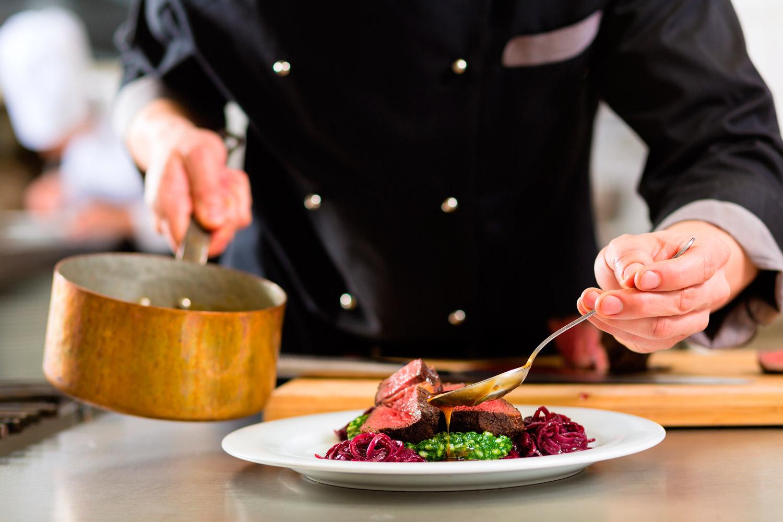 Gastronomía española a través del sabor y la innovación de un Cocinero a Domicilio - Takeachef.com