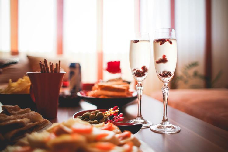 Nunca antes un brindis en una noche romántica significó tanto para los dos - Takeachef.com