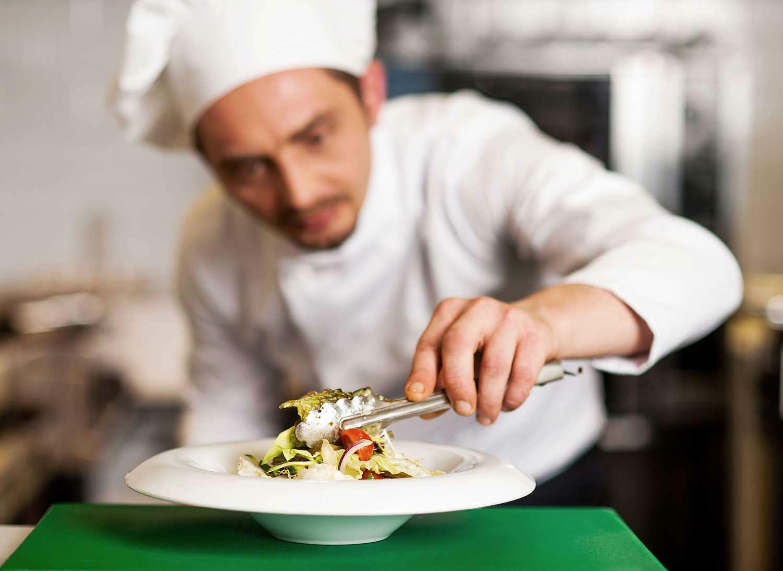 Disfrute de la mejor experiencia gastronómica. Un chef a domicilio compra, cocina, sirve los platillos y limpia antes de irse. Elige Take a Chef  - Takeachef.com